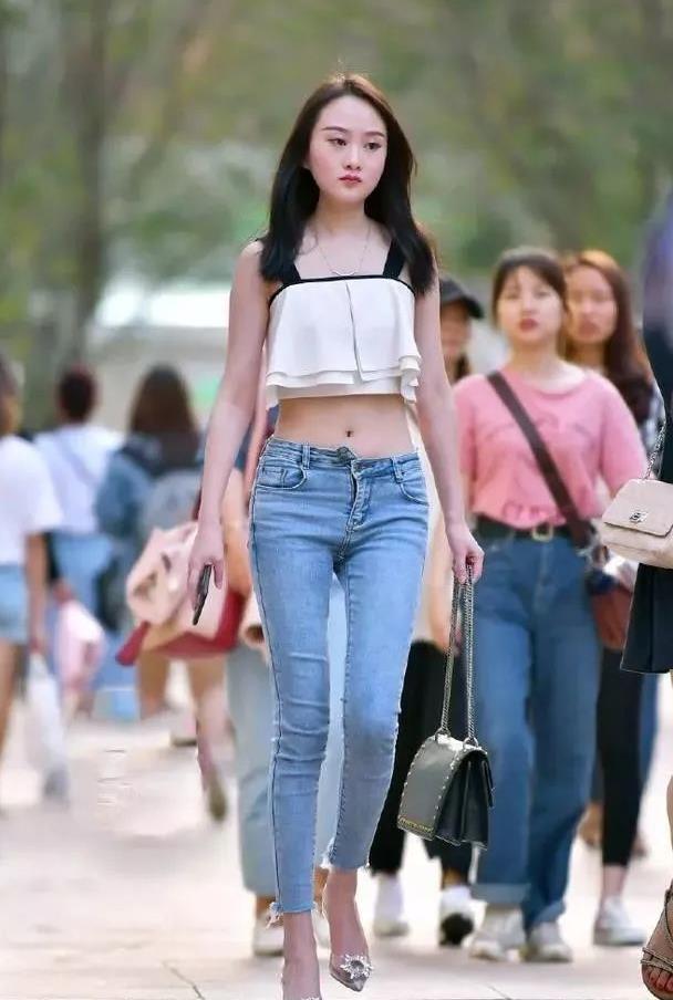 荷叶吊带装更显腰细,搭配修身牛仔裤,好身材的小姐姐穿上太美