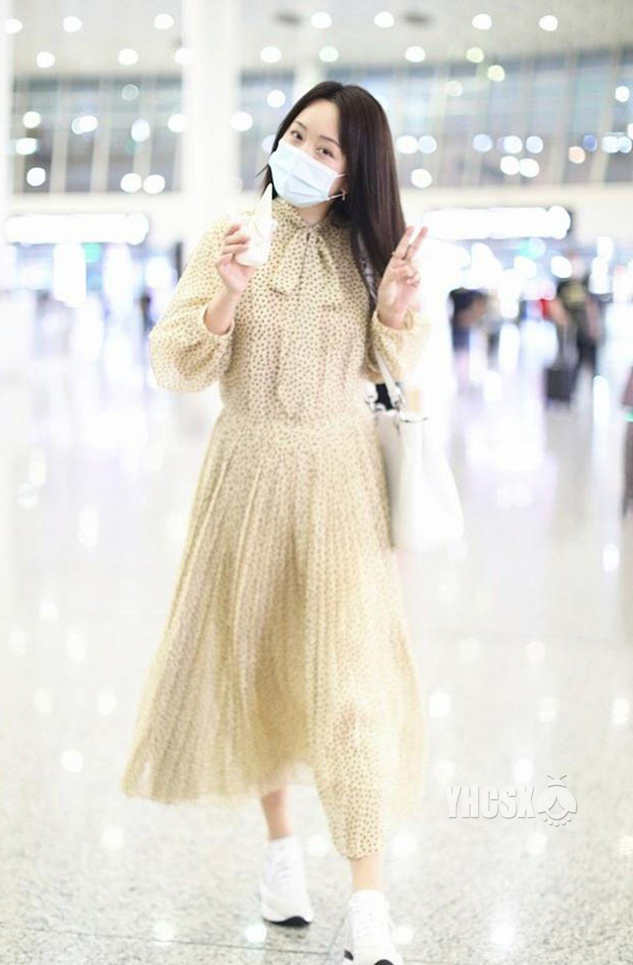 杨钰莹现身深圳宝安机场,穿波点纱裙气质甜美,歪头甜笑很暖萌