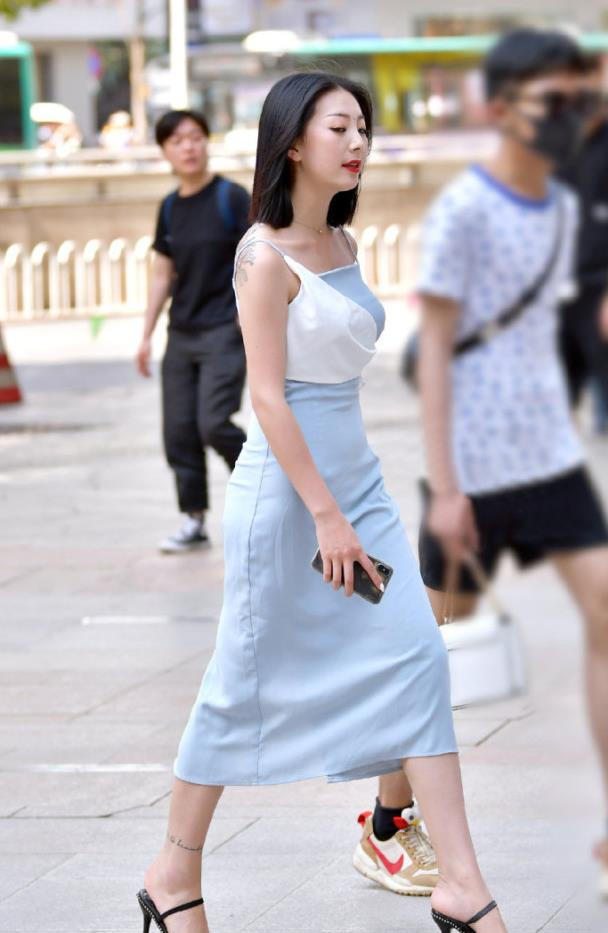 气质女生就是任性,选择款式洋气的吊带连衣裙,让造型美的出众