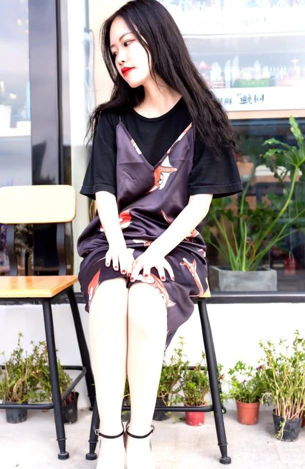 街拍:美女碎花外搭背心裙搭配黑色T恤,舒适又甜美,垂感十足