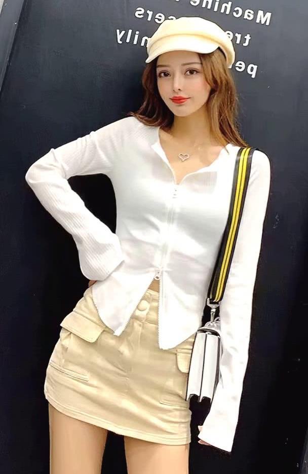 街拍:美女白色条纹上衣搭配休闲短裙,打造性感街头风装扮