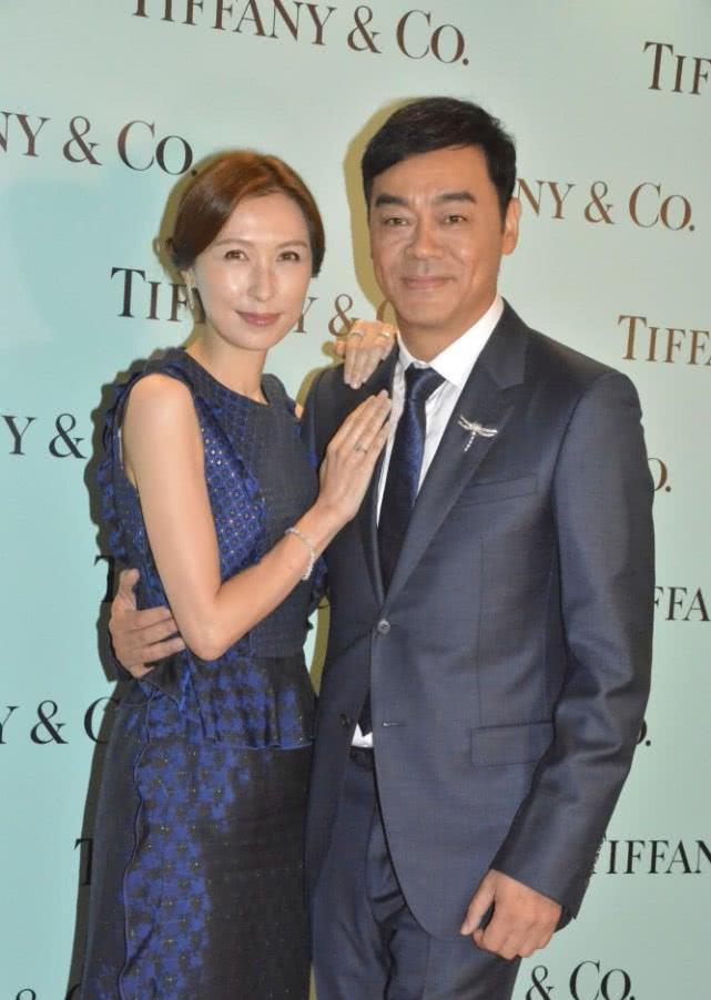 刘青云搂郭蔼明过马路,结婚多年仍恩爱,不少男星成名后抛妻弃子