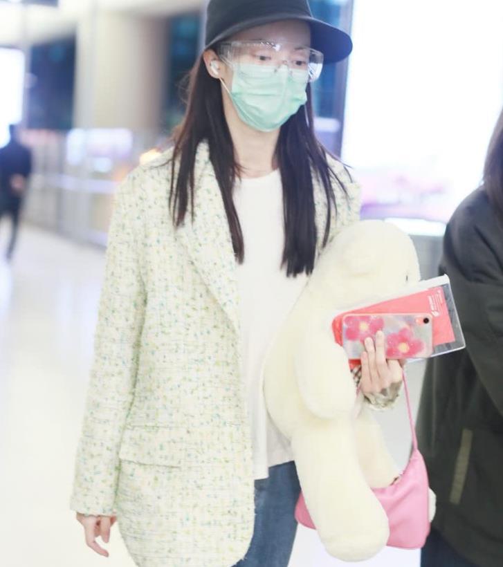 金晨现身机场,穿西装外套也清纯少女,30岁像18岁小姑娘