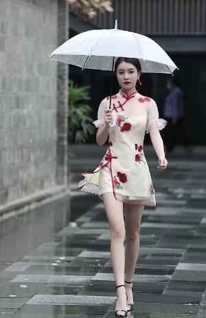 街拍:身穿旗袍的长腿美女,宛若一个丁香姑娘,小清新也有轻熟风