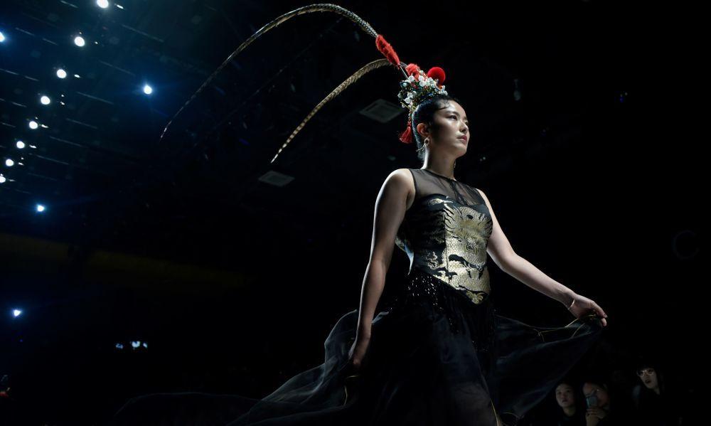 京剧舞蹈模特在中国国际时装周走秀