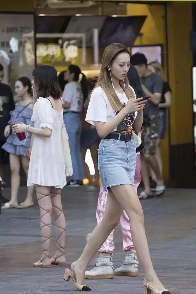 路人街拍:图一小姐姐身穿白体恤搭配牛仔短裙,时尚靓丽!
