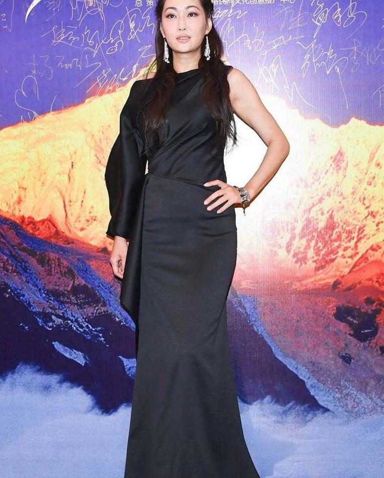 又被孟广美惊艳到了,穿黑色不对称修身连衣裙,曲线优美太迷人
