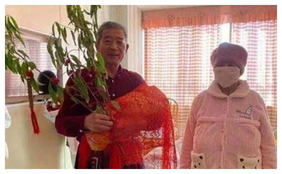 那位67岁产女的老人,产女后一家3口很幸福,网友:让人佩服不已