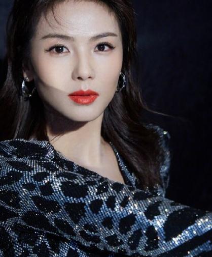 谁说粉色是少女的专属?42岁刘涛穿粉色亮片裙,美得难以置信