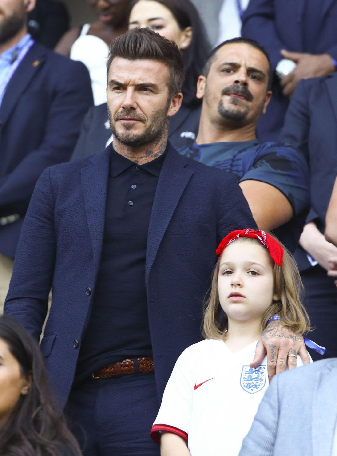 44岁贝克汉姆带小七看球,父女俩同款鼻子超可爱,系红头巾更出彩