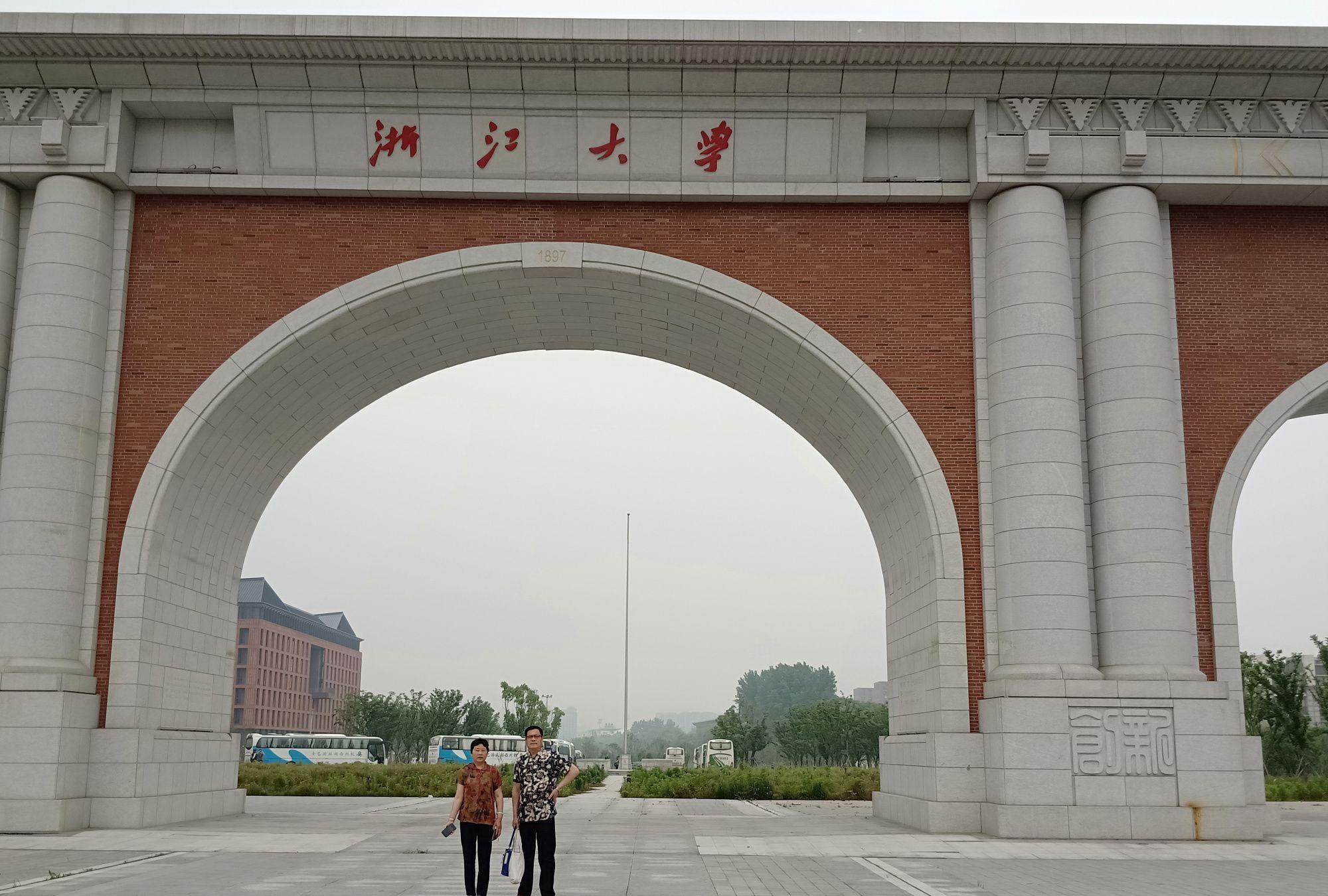 我和爸妈逛浙江大学紫金港校区,校园优美似江南水乡鲜花小桥流水