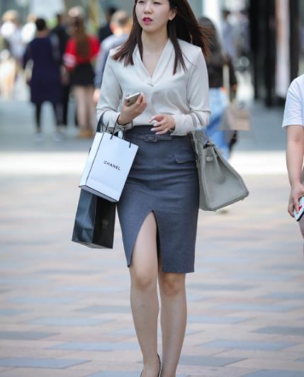 街拍美图:小姐姐白色V领衬衫搭配灰色开叉裙,透出端庄的气质!