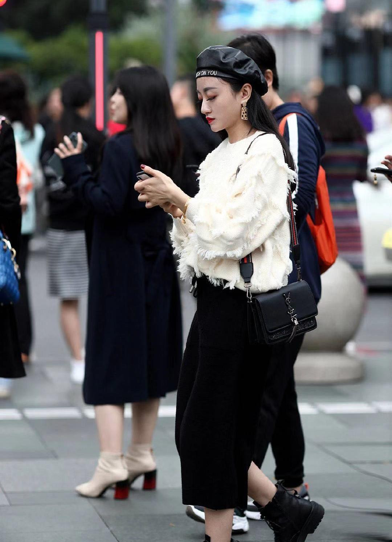 街拍:小姐姐白色上衣搭配黑色宽松长裤,贝雷帽优雅时尚