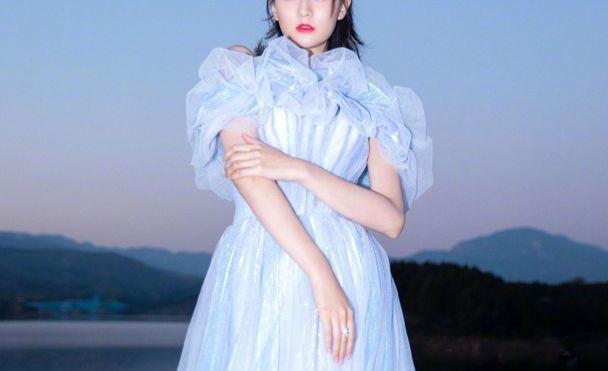 乔欣拥有富家千金的气质,身穿一袭淡蓝色连衣纱裙,温婉又优雅