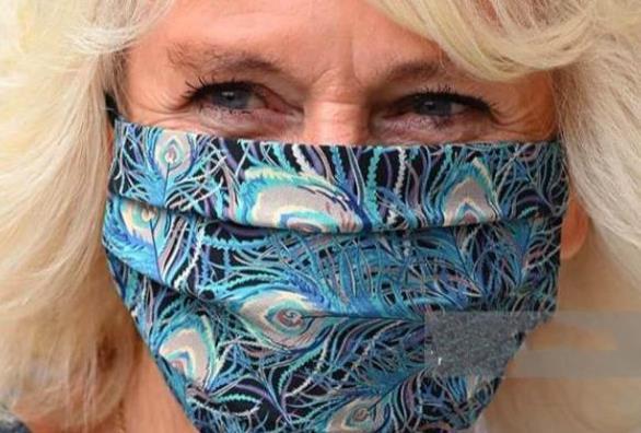 73岁卡米拉好时髦!连衣裙搭配同色系口罩,水桶腰依旧难掩高贵
