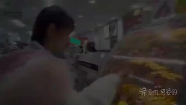 中餐厅:杨紫看到好吃的都走不动路,嘴上还说:都是我不能吃的