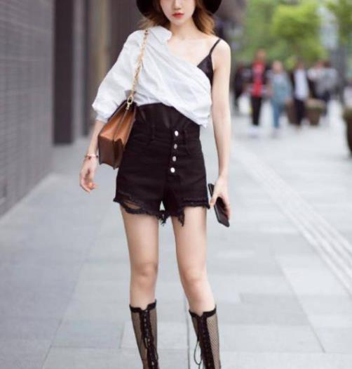 街拍美图:街头穿搭潮流的小姐姐,独特风格,显得更抢镜!