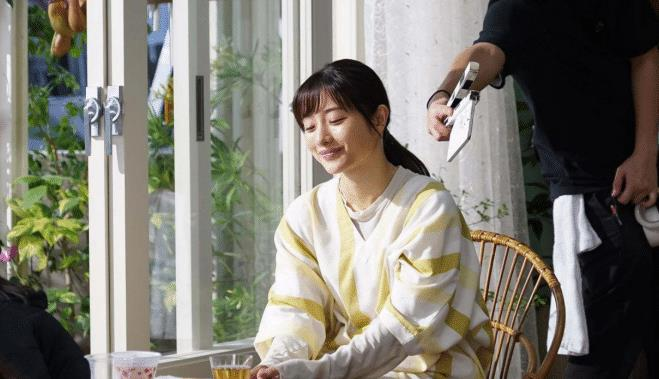 石原里美的穿搭也太温柔了吧,穿黄白条纹连衣裙,笑容美丽动人