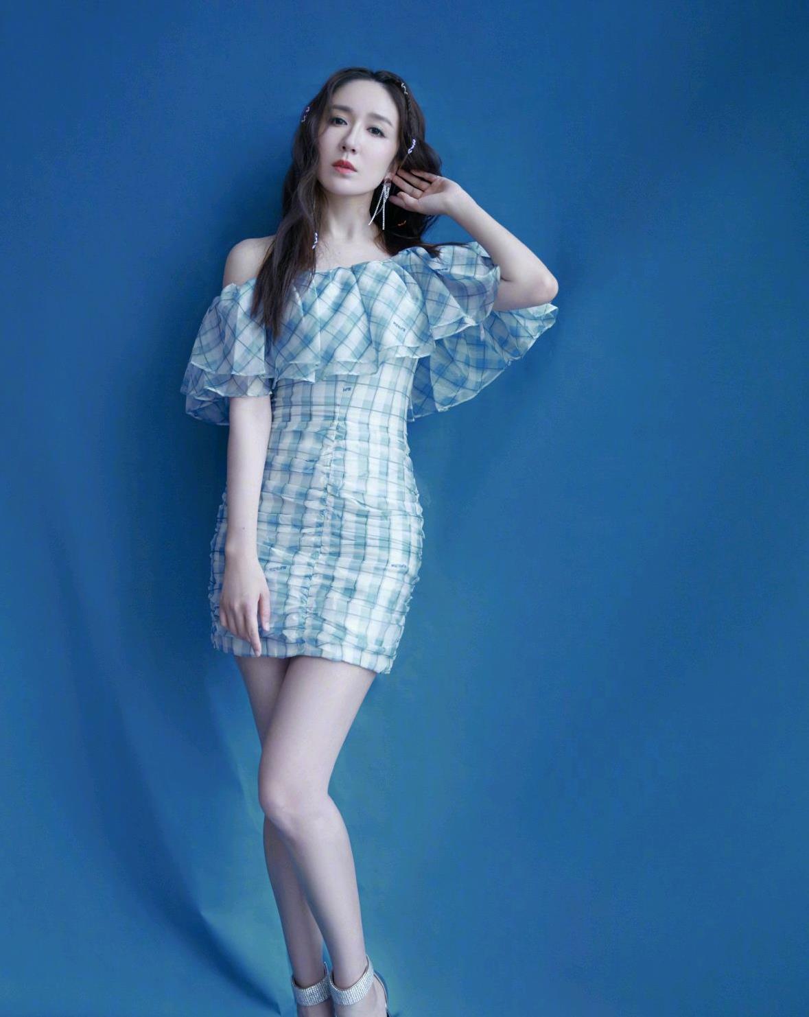 娄艺潇原来是个穿搭高手,身穿荷叶边格纹连衣裙,清新时髦