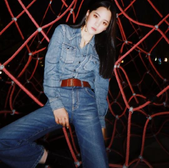 欧阳娜娜赶潮流学绿茶拍照姿势,穿牛仔裤躺下后,腿粗到我想脱粉