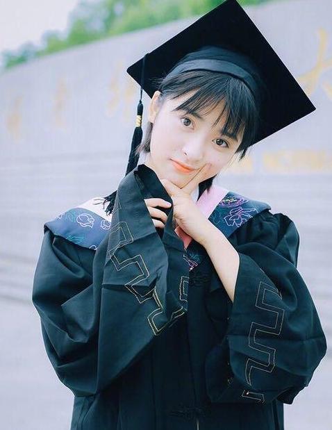 沈月晒毕业照, 学士服太宽大, 就像偷穿了大人衣服的小孩子!