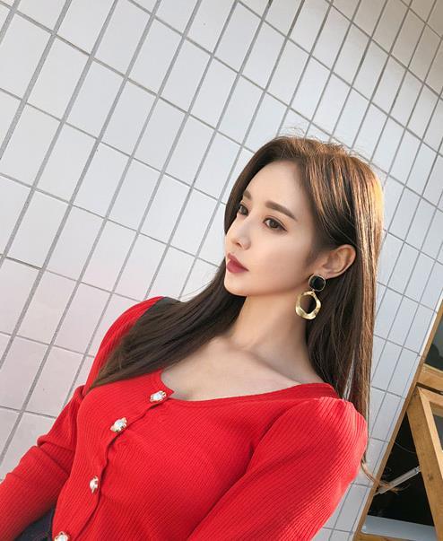 孙允珠时尚穿搭:红菱绚丽调色针织小开衫写真