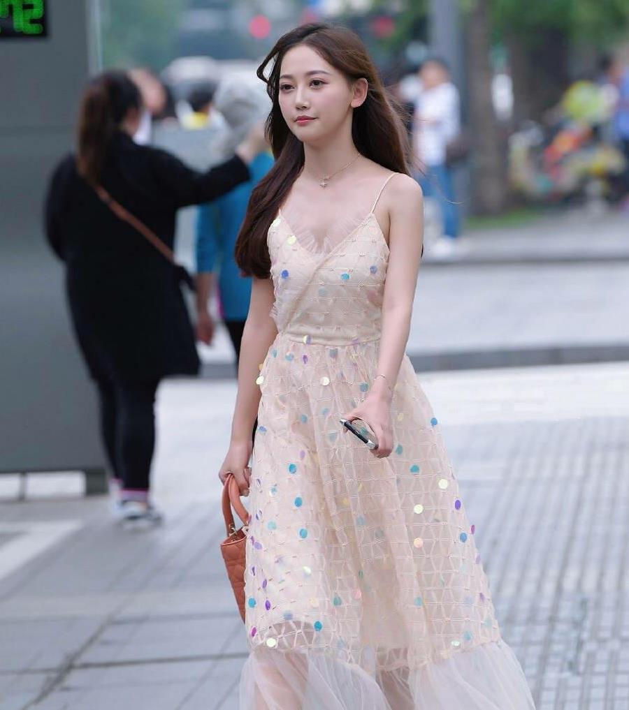 要想减龄必穿裙子,裙装穿得好时尚还显身材,既显气质又显年轻