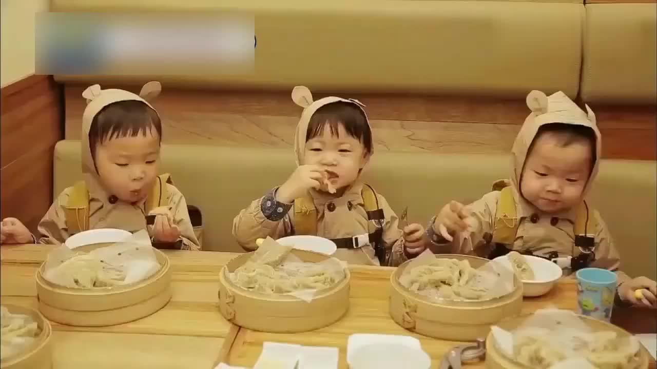 宋民国三胞胎吃饺子怎么都吃不饱简直萌翻了