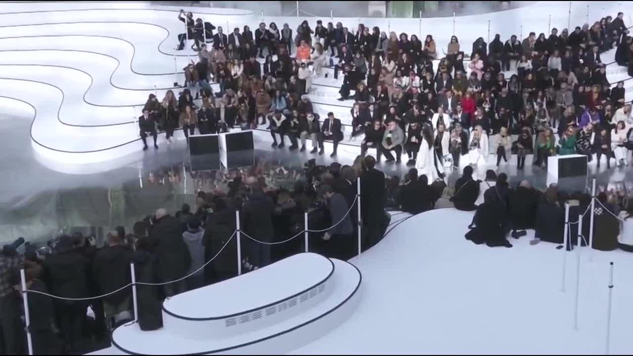 2021秋冬高级成衣系列时装秀 模特的秀场太高大上了 第十三部分
