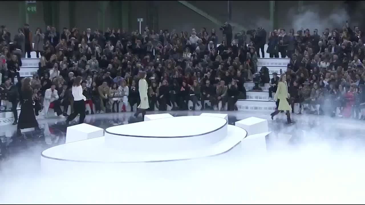 2021秋冬高级成衣系列时装秀 模特的秀场太高大上了 第十四部分