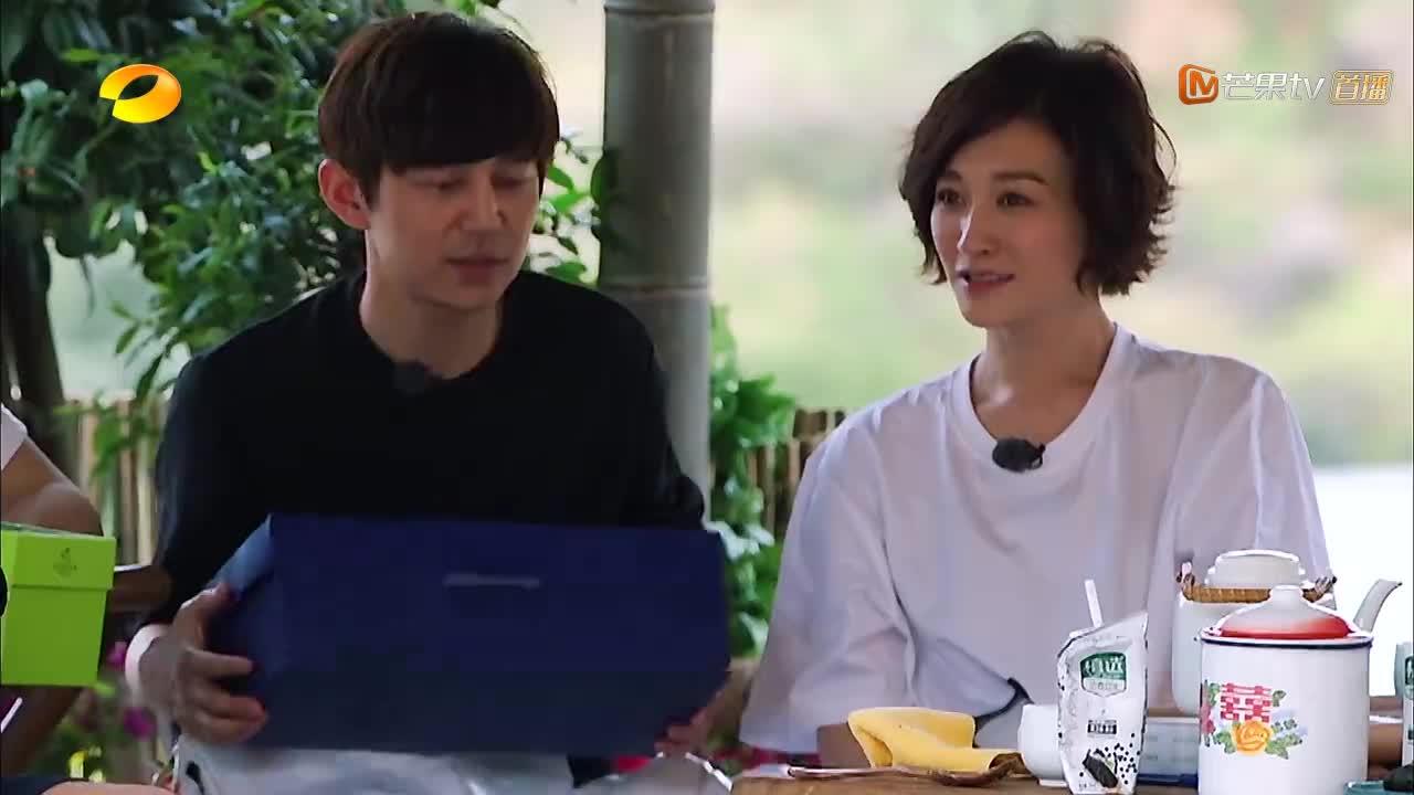 李小冉送给导演巧克力,导演毫不客气,直接喊工作人员:拿麻袋!