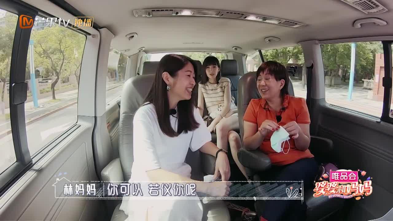 婆婆和弟媳手拉手热聊,陈若仪坐后排被隔离,果然还是偏爱弟媳!
