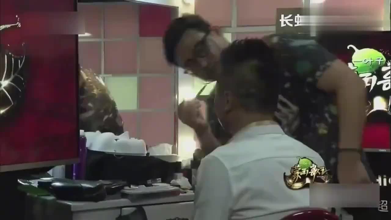 """蒙面歌王:""""莲花""""竟是男歌手,戴军:他当年红的一塌糊涂!"""