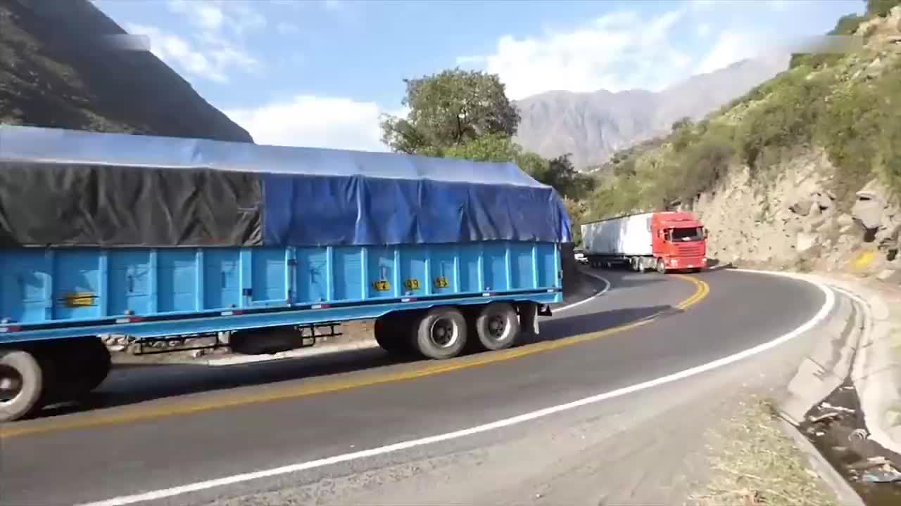 秘鲁的中央山路,汽车和卡车在这里行驶
