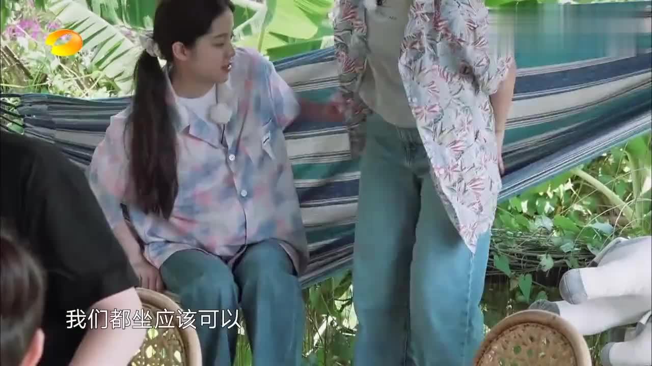 欧阳娜娜跟张子枫挤一个吊床,宋丹丹帮忙摇床,竟把两人哄睡着了