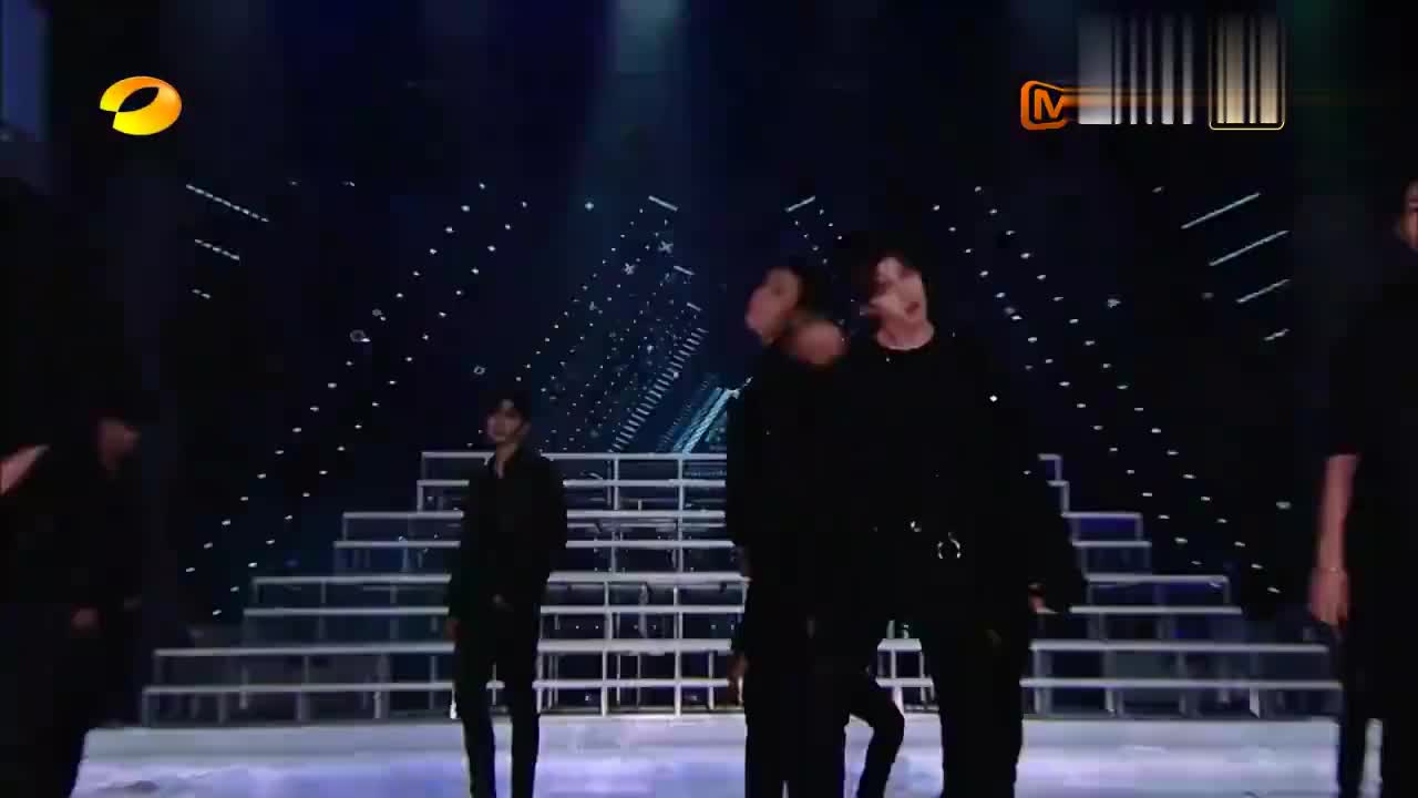 快乐大本营:NINEPERCENT合体演唱,蔡徐坤声音刚出,全场炸锅
