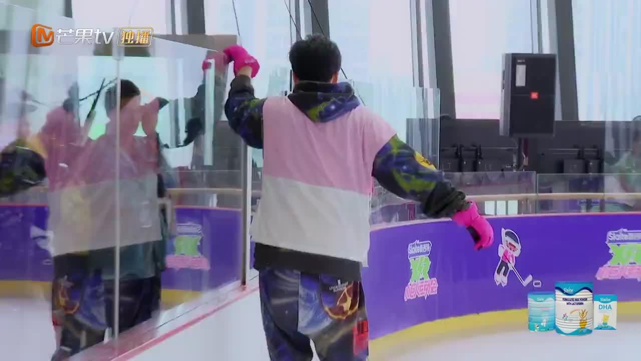 陆地上的世界冠军刘翔,带着汪苏泷滑冰一个比一个惨,泷泷秒崩溃