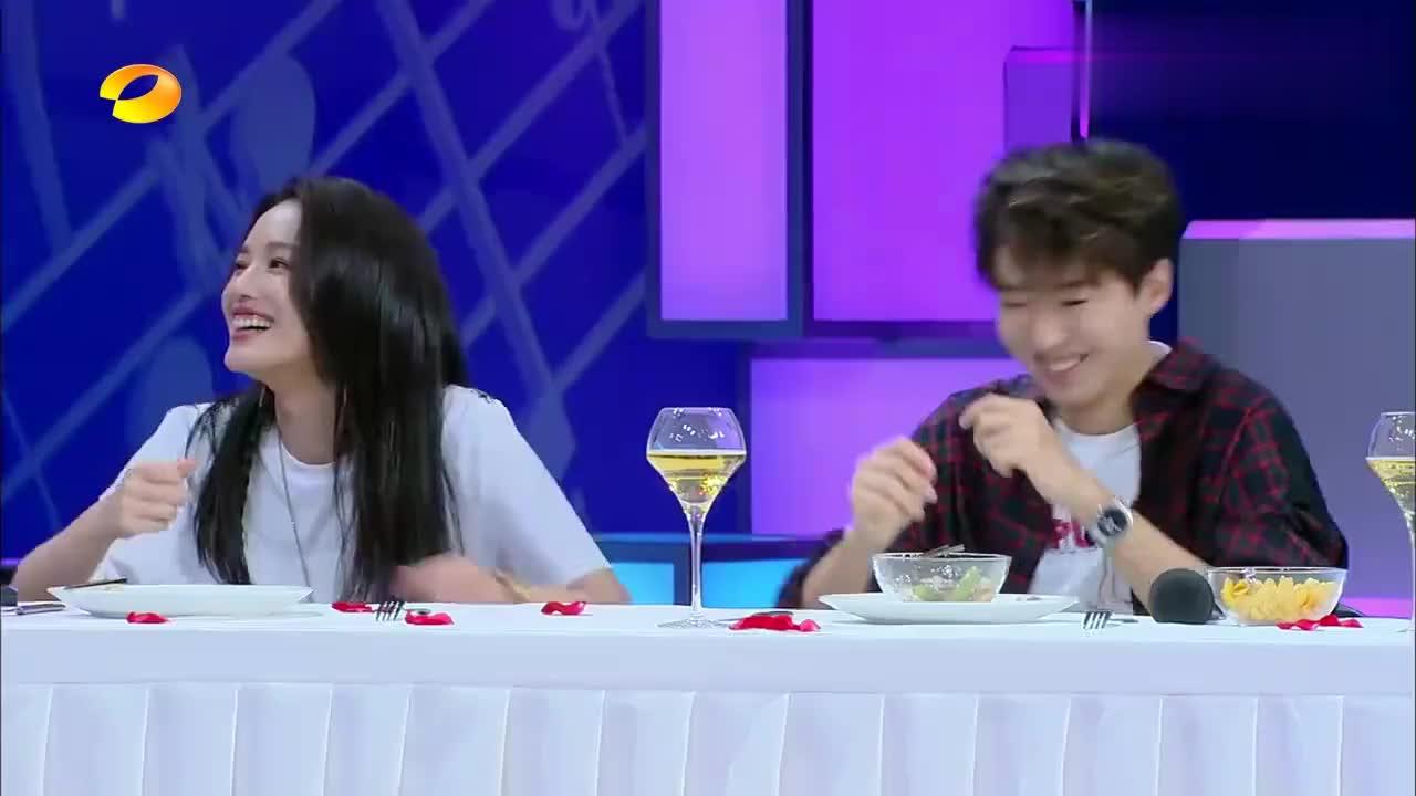 快本:王俊凯遇到美食停不下来,何炅都看不下去了,直呼:听一下