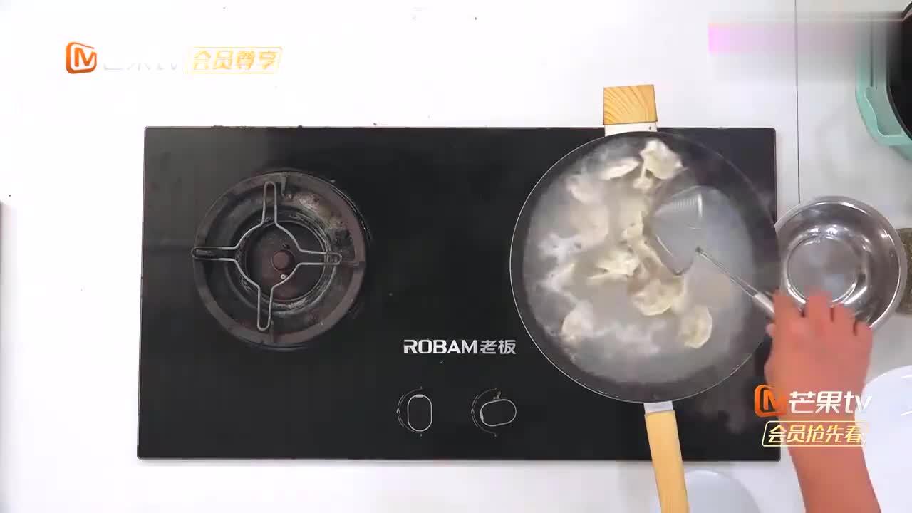 张亮秘制水煎饺,浇上鸡蛋食欲满满,杨超越都馋了!