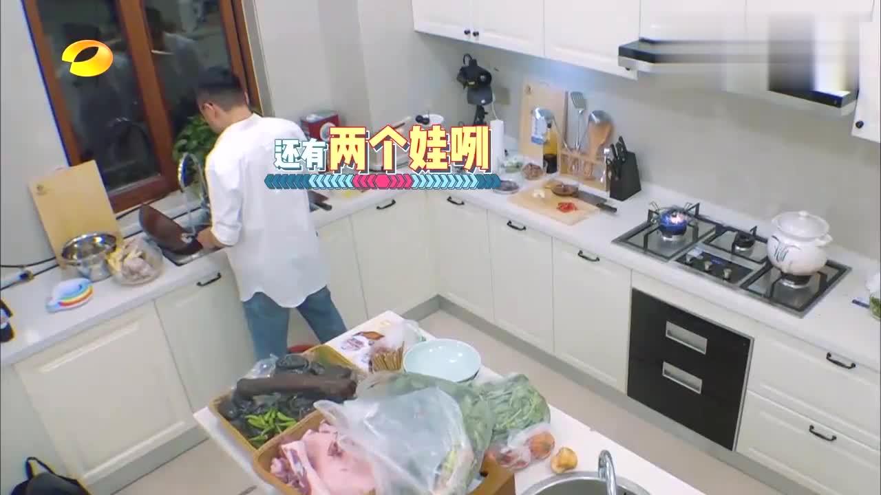 汪涵在厨房忙碌,王一博大张伟却在客厅打游戏,带娃太难了!