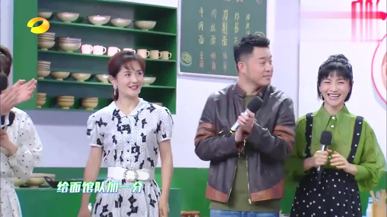 闫妮唱《潇洒走一回》,调起到天上去了,杨迪何炅被笑出猪叫声!