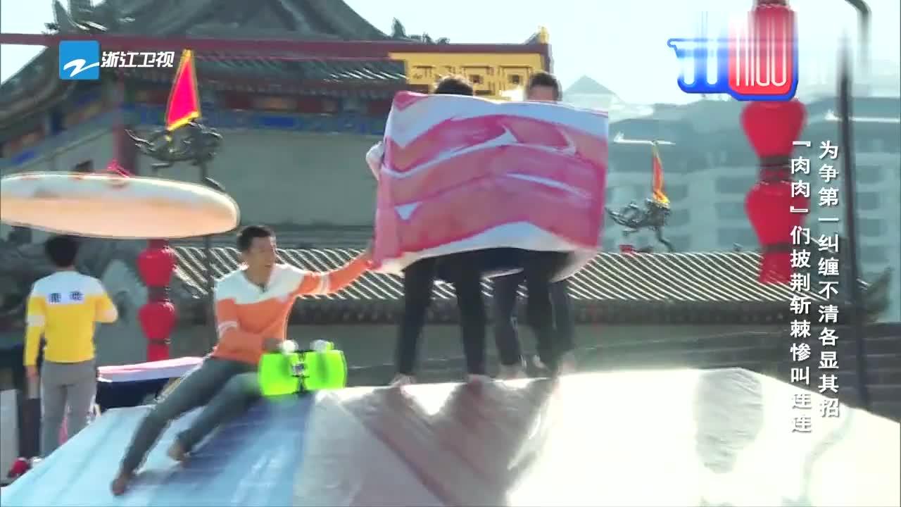 奔跑吧兄弟:陈赫邓超两个冤家,跑上坡时狂摔跤,太惨烈