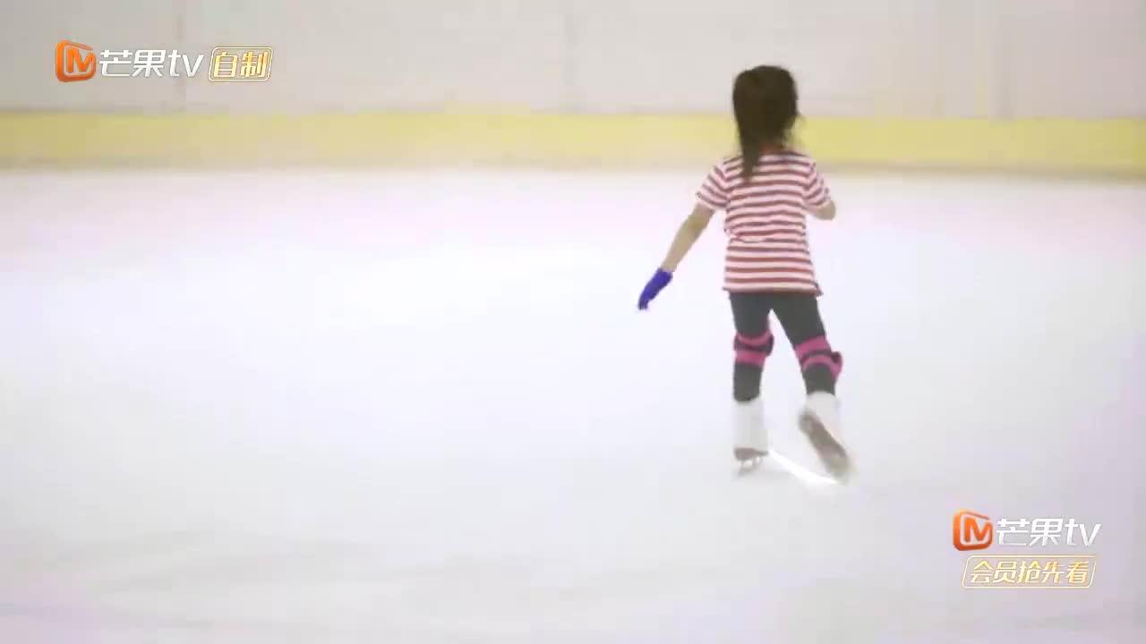 张天爱滑冰不慎摔倒,王大陆的做法尽显男友力,钱枫多学着点!