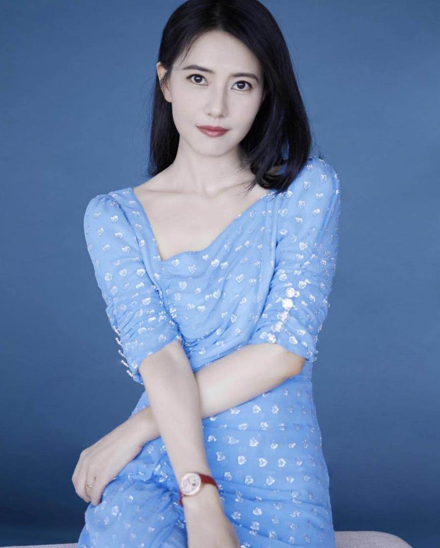 高圆圆太适合蓝色了!穿淡蓝色连衣裙演绎清新脱俗,气质恬静