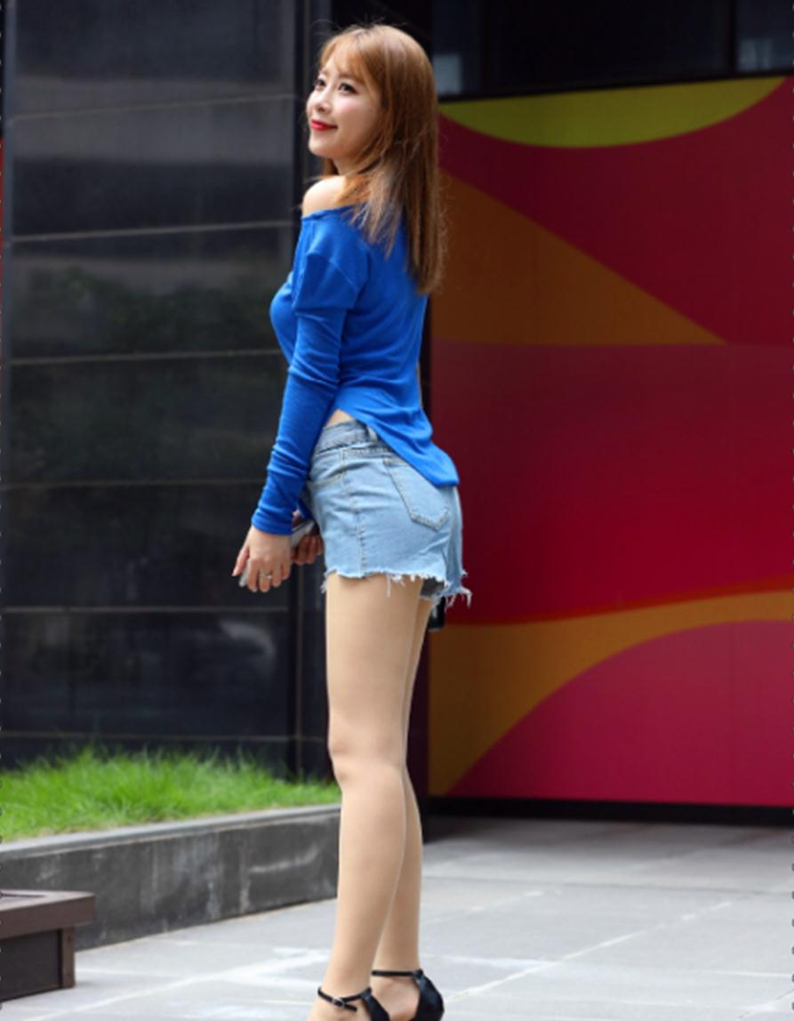 腼腆的小姐姐,露肩上衣+牛仔裤,轻松展露优美的肩颈线