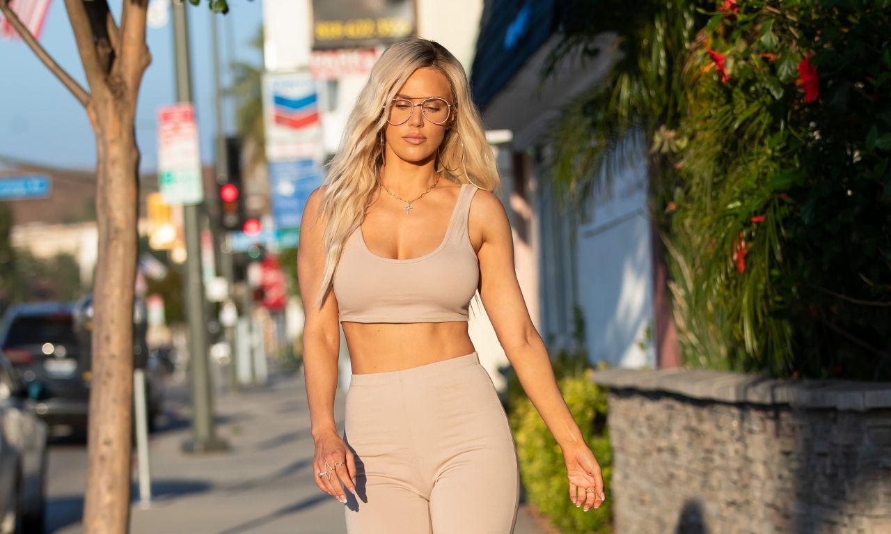 模特拉娜·凯杰·佩里打扮休闲秀蛮腰,亮相街头走出自信的步伐