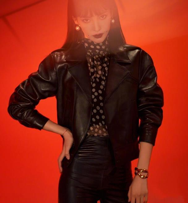 金晨化身摇滚女孩,齐刘海搭配帅气套装,风格过于潇洒