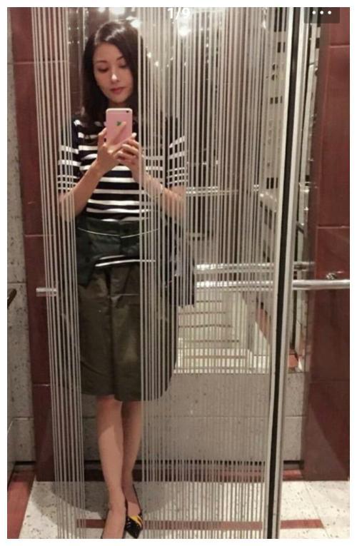 真美人都不会老,李嘉欣晒电梯里的自拍照,穿短裤腿还这么好看