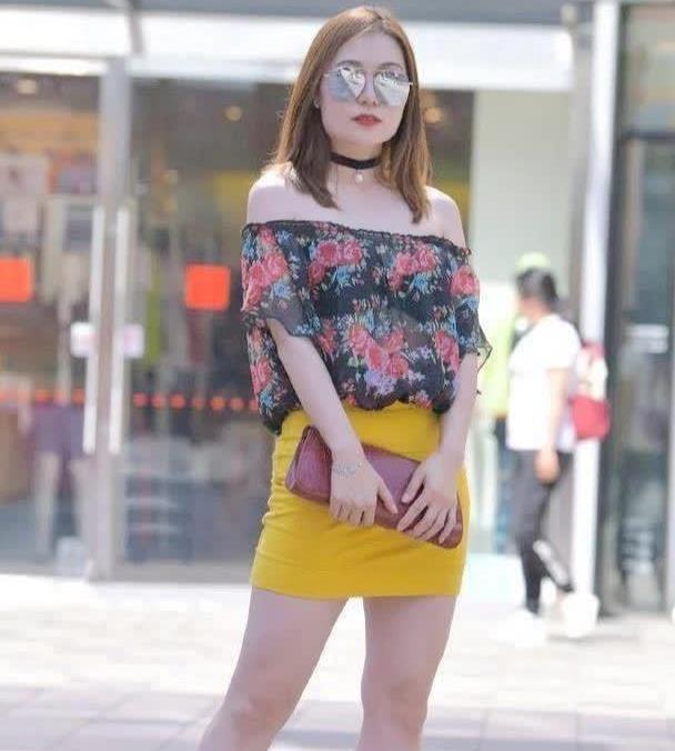 """街拍:修身短裙搭配花上衣,""""微胖""""女生也可以这么时髦"""