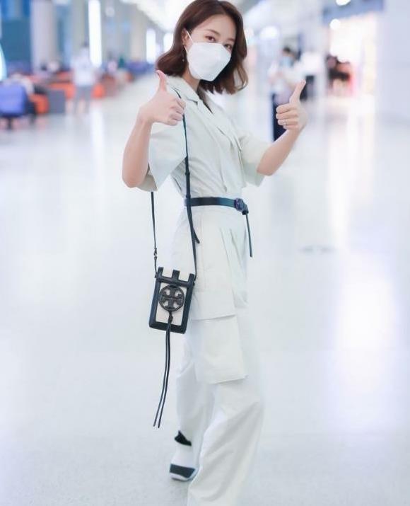 蓝盈莹低调穿衣走休闲风,一件连体裤系腰带,身材比例像模特